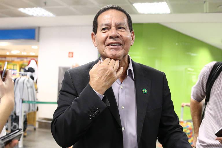 O general Hamilton Mourão, candidato a vice-presidente na chapa de Jair Bolsonaro (PSL), desembarca em Brasília