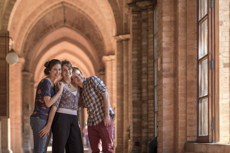 Helena Miguel, 31, (centro), fundadora do Pronto Sorrir, ao lado de seus colegas, os atores Melany Kern, 32, e Marcelo Prudente, 32