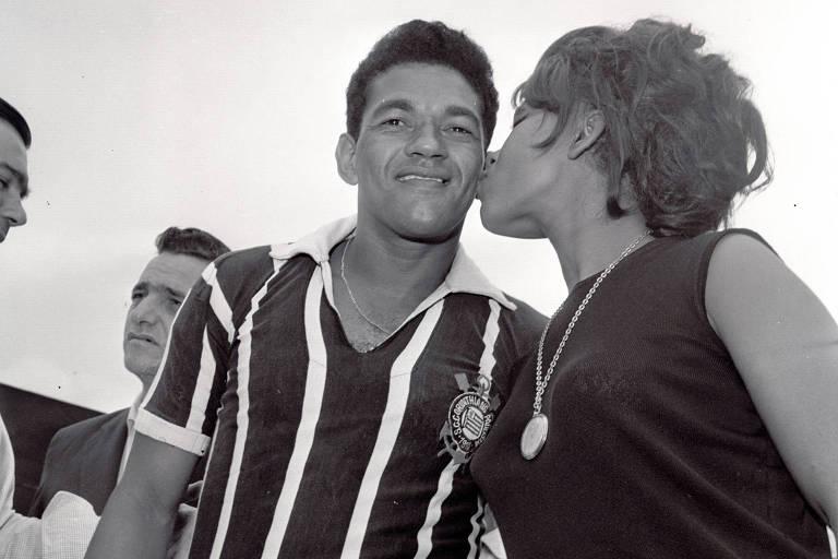 A cantora Elza Soares beija Garrincha durante sua apresentação na equipe do Corinthians
