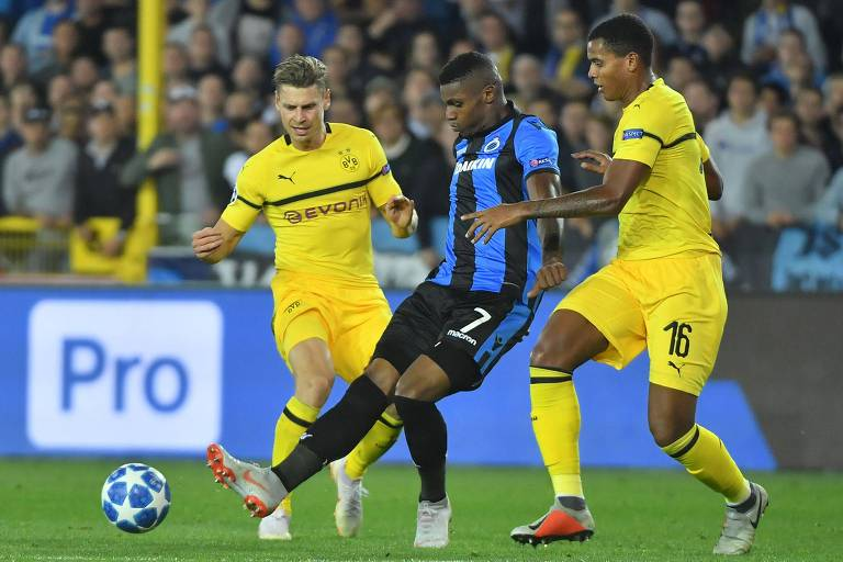 O brasileiro Wesley Moraes, atacante do Club Brugge (BEL), em duelo contra o Borussia Dortmund (ALE)