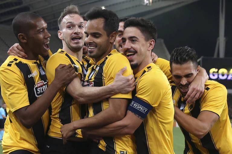 Rodrigo Galo, ao centro, é cercado pelos companheiros após marcar um gol pelo AEK na Champions