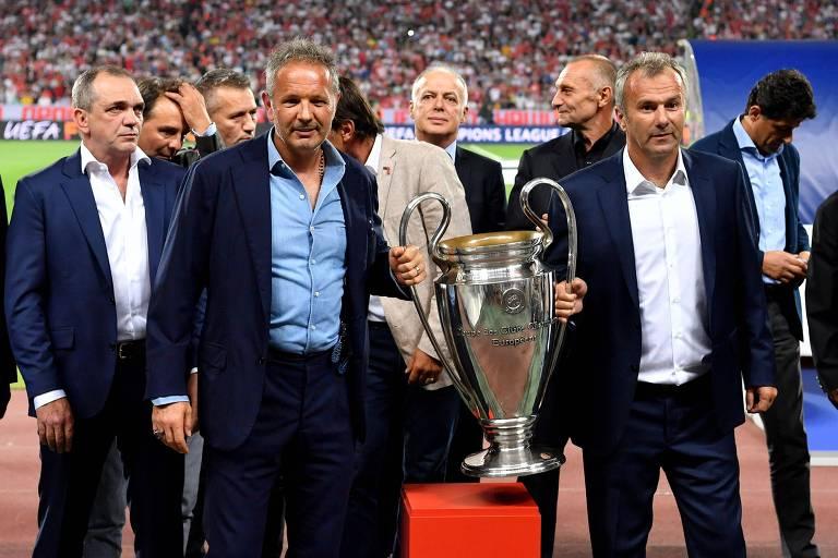 Sinisa Mihajlovic (esq.) e Dejan Savicevic (dir.), ídolos do Estrela Vermelha, posam com a taça de campeão de 1991 antes da estreia da equipe nesta Champions League, contra o Napoli