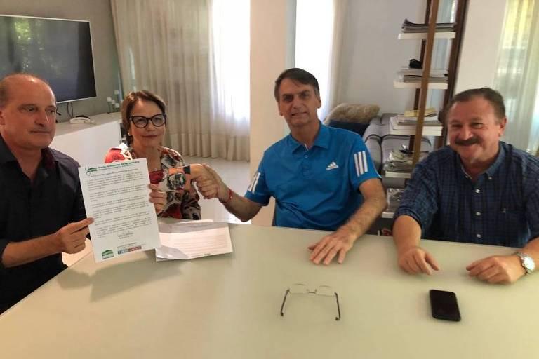 Jair Bolsonaro recebe documento de apoio da FPA (nas mãos do deputado Onyx Lorenzoni) ao lado da presidente da frente, Tereza Cristina, e de Nabhan Garcia (UDR), em sua casa no Rio