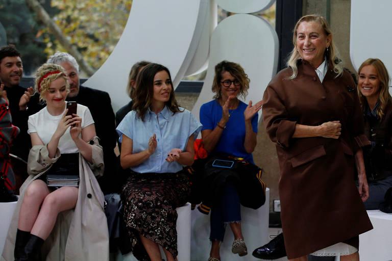 A estilista italiana Miuccia Prada aparece no final do seu desfile de coleção primavera / verão 2019 para a casa de moda Miu Miu durante a Paris Fashion Week em Paris, França