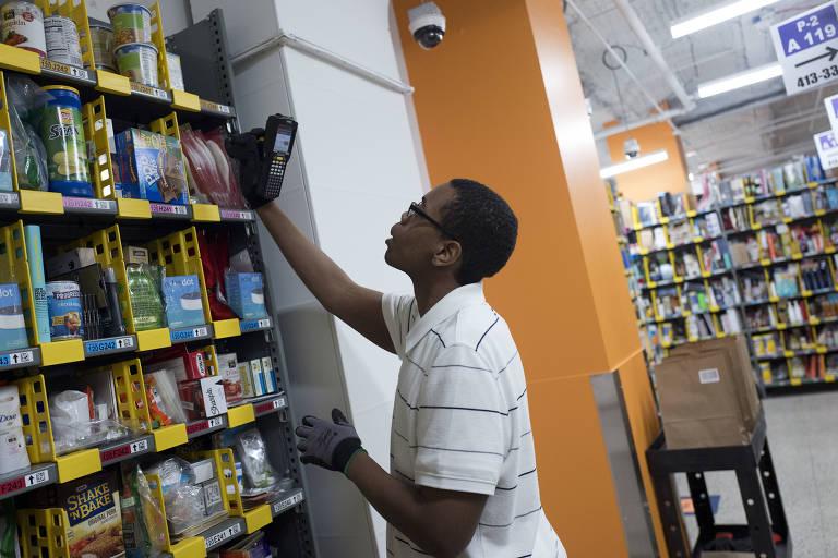 Balconista da Amazon Prime pega produto para comprador