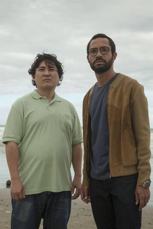 Roberto (Silvio Guindane) e Mitsuo (Ricardo Oshiro) são dois desconhecidos que, após uma série de coincidências, voltam para o Brasil no mesmo dia, depois de um longo tempo no exterior
