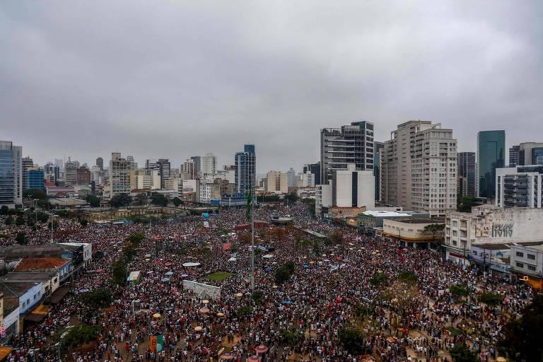 Manifestantes contra Bolsonaro no largo da Batata, na zona oeste de São Paulo