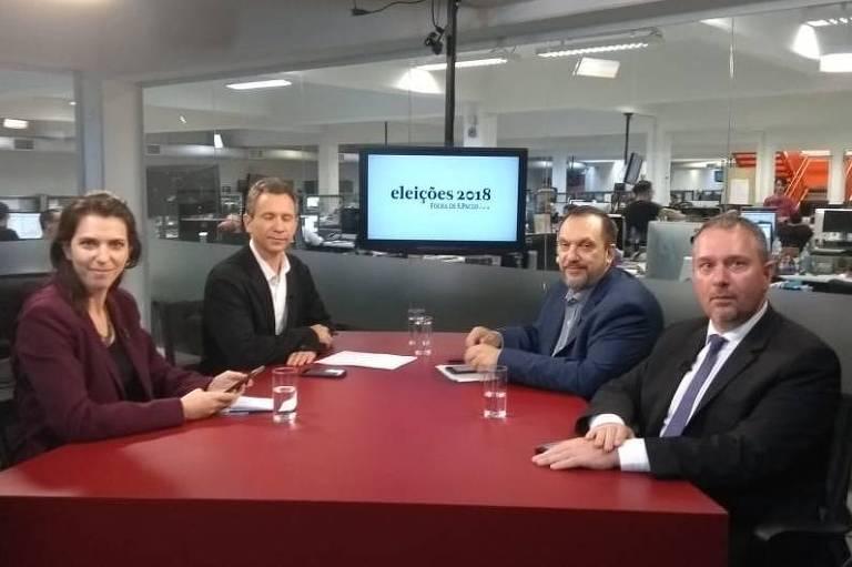 A repórter Thais Bilenky, o repórter especial Fernando Canzian, o diretor-geral do Datafolha, Mauro Paulino, e o repórter especial Igor Gielow sentados em torno à mesa do estúdio Folha durante o debate na TV Folha