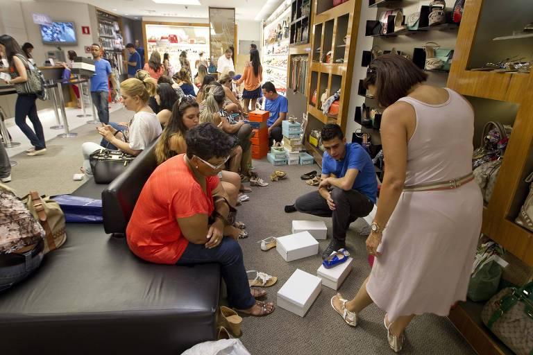 Movimento no Shopping Center Norte de descontos e trocas de presentes de Natal, principalmente em lojas de calçados.