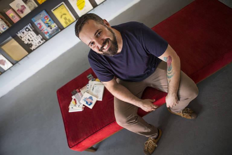Alexandre Fonseca, na sede do clube de assinatura de livros Panaceia, em SP