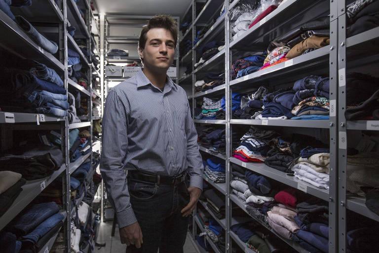 Alexandre Abrahão, da Upperbag, no escritório da empresa, onde seleciona roupas para enviar a clientes