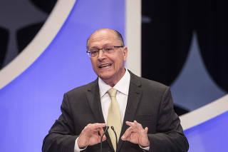 Presidenciáveis durante o debate promovido por Folha, UOL e SBT