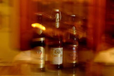 (Foto: Joao Wainer/Folha Imagem) 03.12.2003 /ILUSTRADA /   Garrafas de cerveja de trigo da marca Erdinger, Bhoemia Weiss e Usterbacher sobre balco do bar Frang, na Freguesia do , em So Paulo. - (Snapfoto)