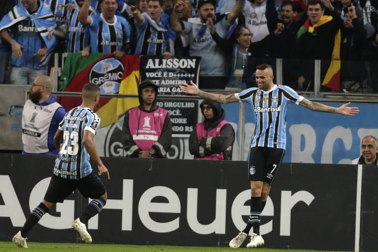 6312e4923d76f Luan abre os braços e comemora com Alisson gol do Grêmio em Porto Alegre