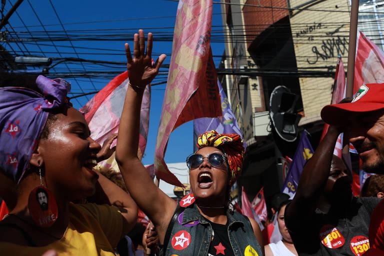 Militância do PT celebra a chegada do candidato à Presidência Fernando Haddad, durante comício em Duque de Caxias, na baixada Fluminense, Rio de Janeiro