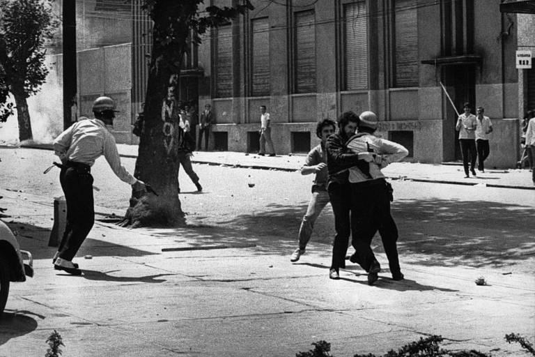 Estudantes da USP durante os combates que ficaram conhecidos como Batalha da Maria Antônia, em 3 de outubro de 1968