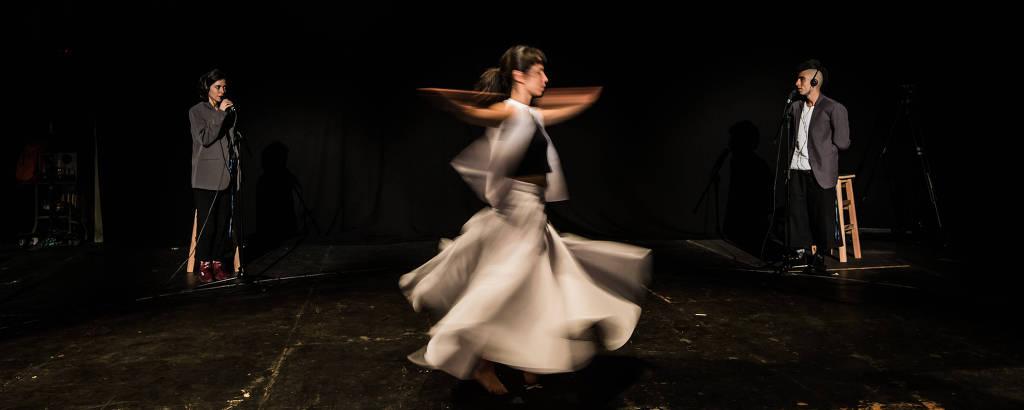 Bailarina e atores em ensaio da performance 'Aos Vivos (Dervixe)', do artista visual Nuno Ramos