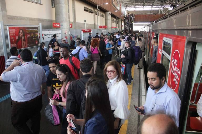 Passageiros vindos de Guarulhos chegam à estação Brás, no centro de São Paulo