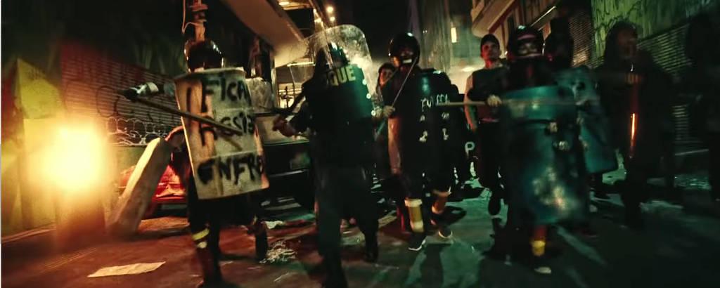 Cena de 'Boca de Lobo', novo clipe do rapper Criolo, que alude a protestos recentes no Brasil