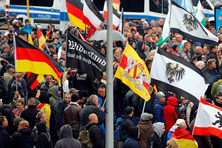 Manifestantes de extrema direita protestam no dia do aniversário da reunificação alemã em Berlim