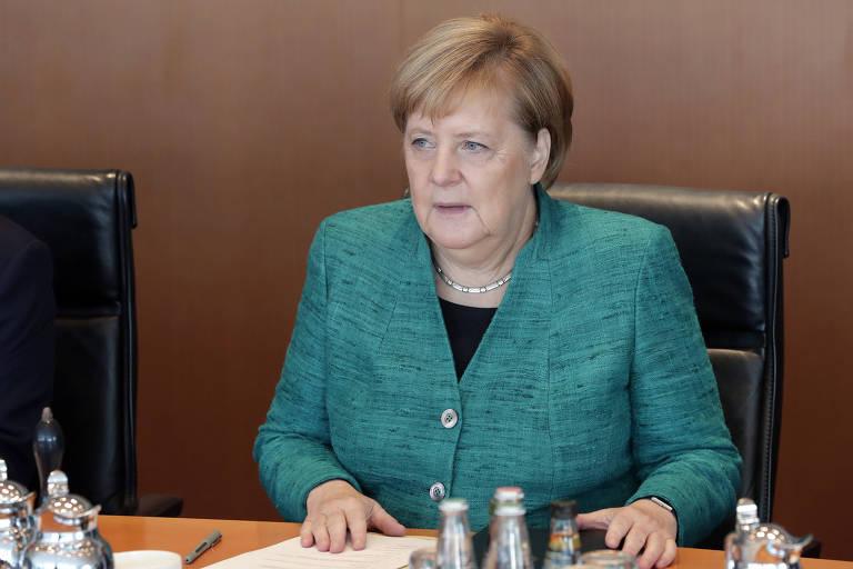 A chanceler alemã Angela Merkel em reunião com seu gabinete