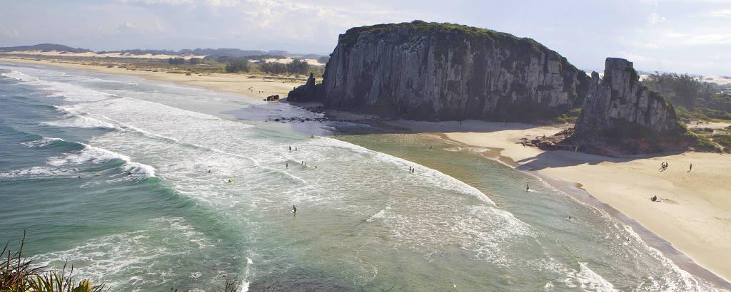 Praia da Guarita, que dá nome ao parque criado em 1971, numa área de convívio desenhada por enseadas e penhascos