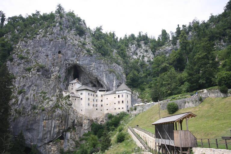 Castelo em Predjama que tem arquitetura engenhosa, incrustada em um rochedo e toda pensada de forma a se beneficiar dessa proteção natural