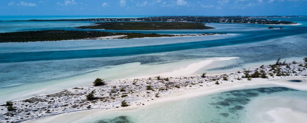 Praia Taylor Bay, em Providenciales, parte do arquipélago Turks e Caicos, no Caribe