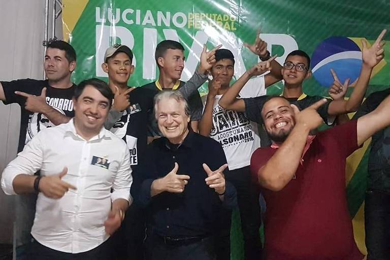 Luciano Bivar (ao centro) em ato de campanha em Pernambuco
