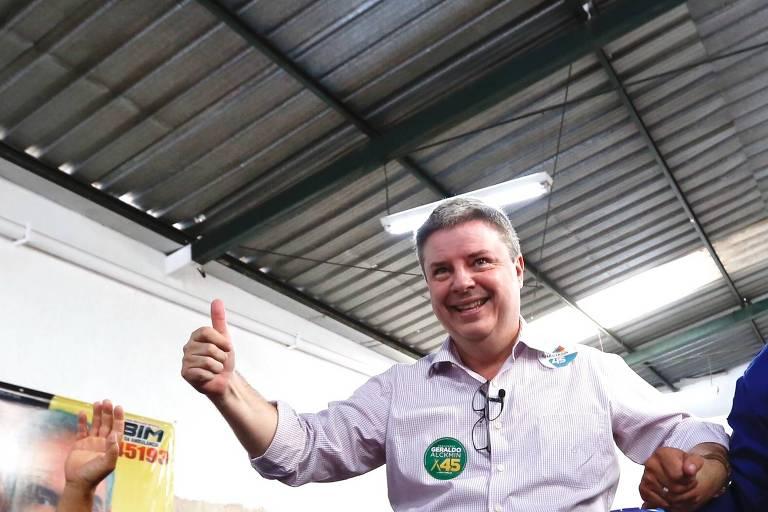 Antonio Anastasia (PSDB), que lidera a corrida pelo governo de MG, durante encontro com voluntários