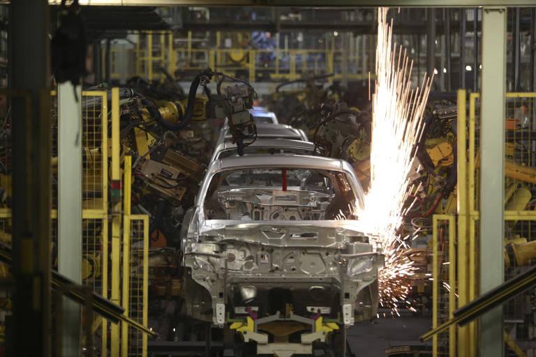 Robôs da linha de produção, da fábrica da montadora japonesa Nissan