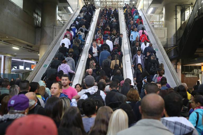 Usuários se aglomeram na estacão Corinthians-Itaquera do metrô, na zona leste de SP, durante greve dos metroviários