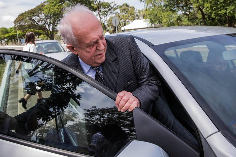 O deputado Jarbas Vasconcelos do (PMDB-PE), deixa o palácio do Jaburu, apos conversa com o vice-presidente, Temer