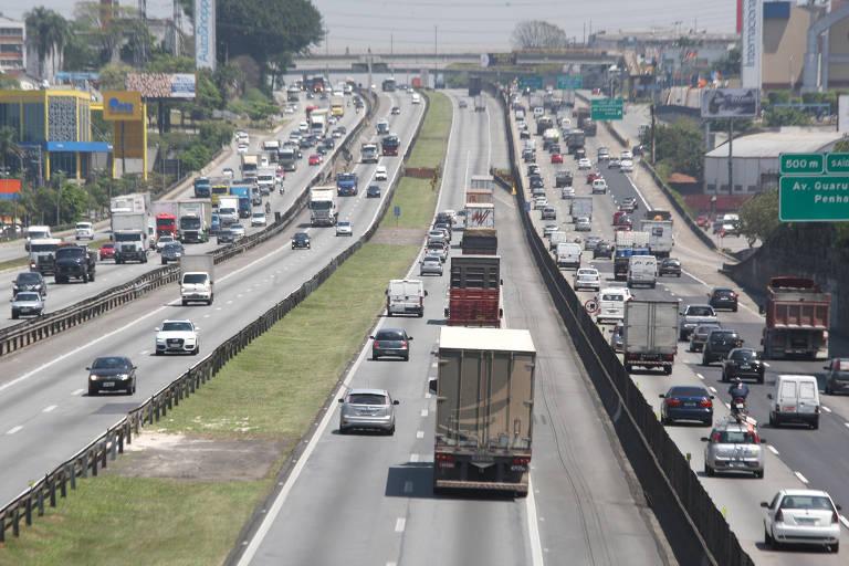 Trânsito de caminhões e carros na rodovia Dutra em Guarulhos/SP