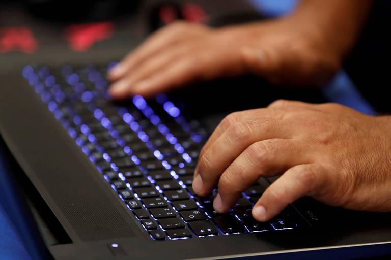 Hacker demonstra invasão de sistemas em conferência sobre segurança da informação