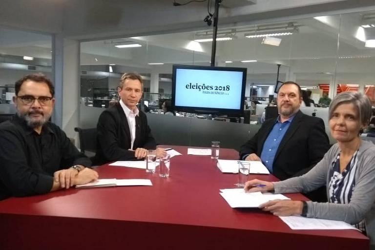 Marcos Augusto Gonçalves, Fernando Canzian, Mauro Paulino e Ana Estela de Sousa Pinto sentados à mesa do estúdio da TV Folha