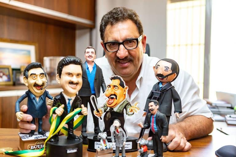 O apresentador Carlos Roberto Massa, o Ratinho, do SBT, com alguns de seus bonecos