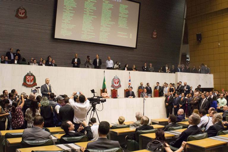 Plenário cheio da Assembleia Legislativa de São Paulo com deputados na posse do governador Márcio França (PSB)
