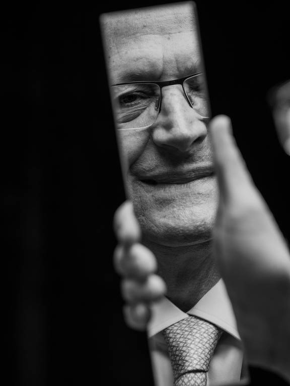 Reflexo de Geraldo Alckmin no espelho em foto nos bastidores do debate entre os presidenciáveis promovido por Folha, UOL e SBT