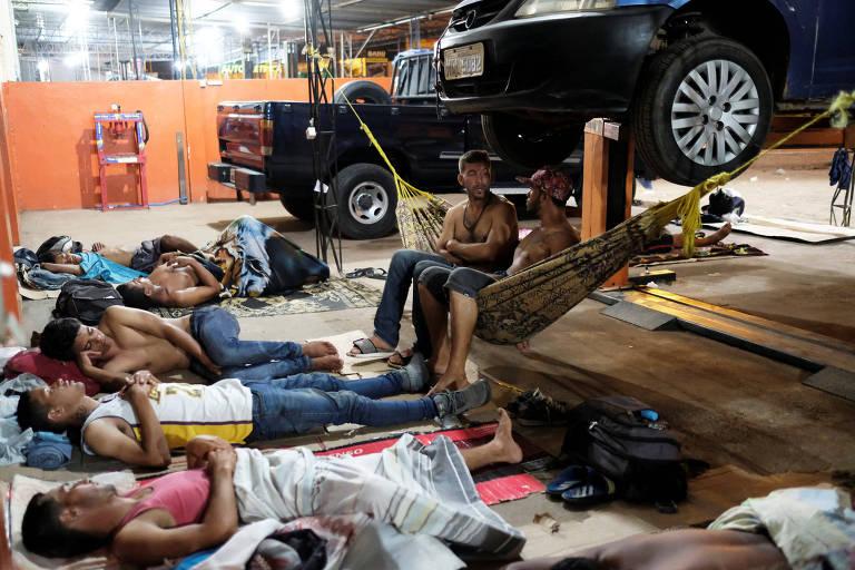 Refugiados venezuelanos em acampamento improvisado em uma oficina mecânica de Boa Vista