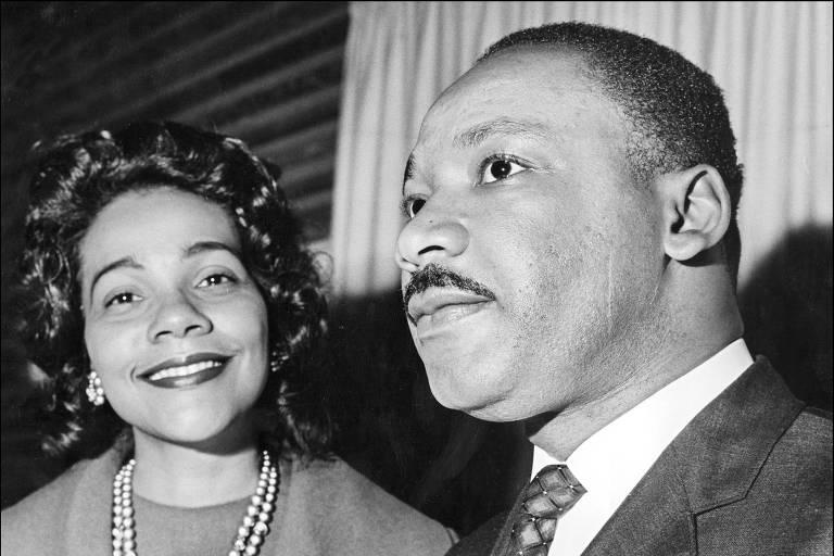 Luther King aparece à direita de perfil, sério, enquanto Coretta sorri à esquerda dele