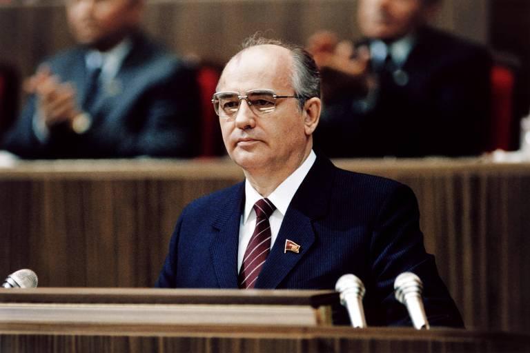 Gorbatchev está em uma tribuna com microfone.