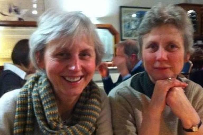 Catherine, à esqueda, e a irmã Virginia, conhecida como Ginda, querem registrar a união civil para contar com os mesmos direitos de herança concedidos a outras pessoas que formalizam relações