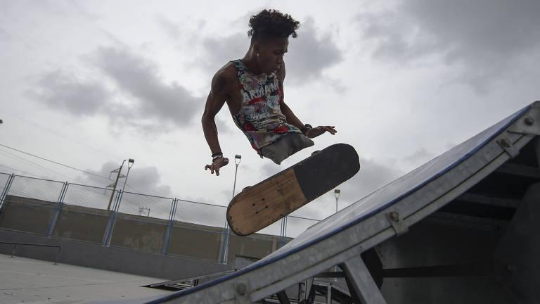 Skate vira meio de locomoção de rapper refugiado que não tem pernas