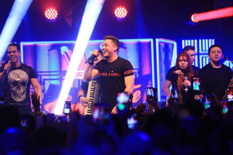 Wesley Safadão durante show no Cabaret Sauvage, em Paris