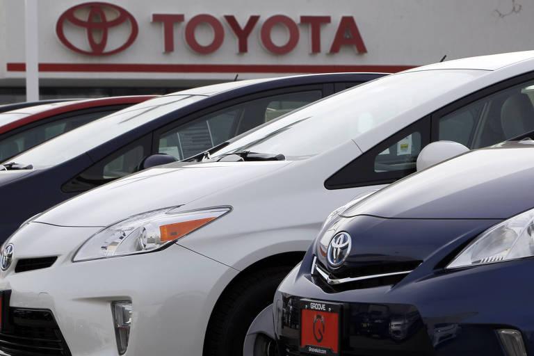 Carros híbridos da Toyota estacionados