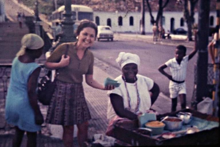 Mulher com vendedora de acarajé
