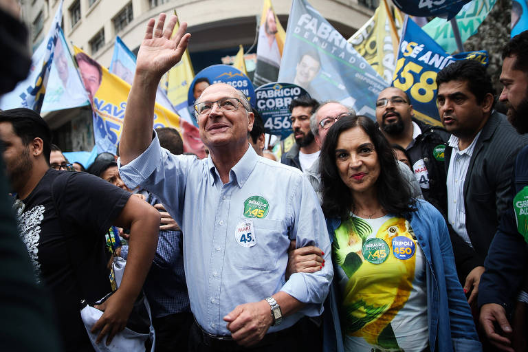 Geraldo Alckmin faz caminhada em frente ao Theatro Municipal de São Paulo