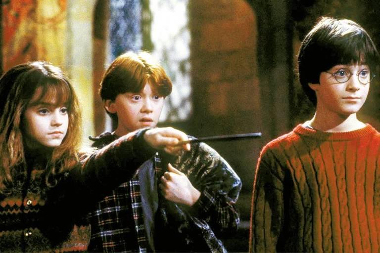 """Cena do filme """"Harry Potter e a Pedra Filosofal"""", com os atores   Emma Watson, Rupert Grint e Daniel Radcliffe."""