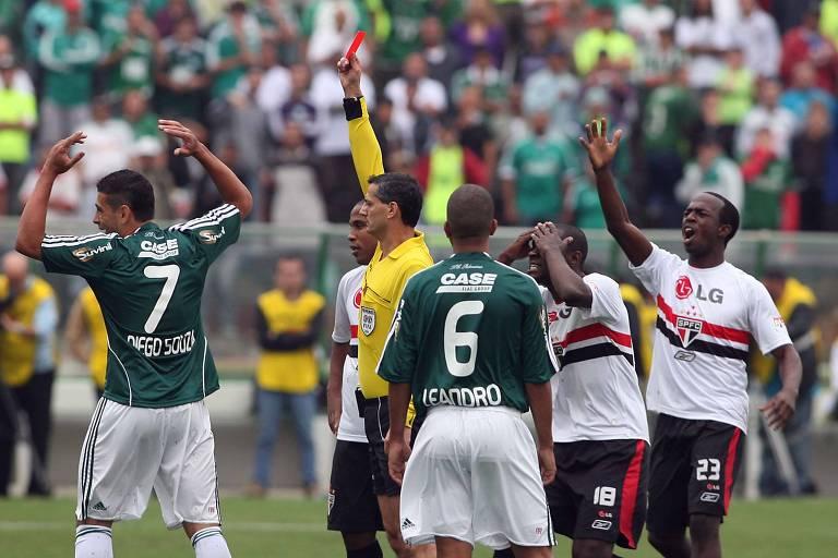 O árbitro Salvio Spinola expulsa Diego Souza, do Palmeiras, e Borges, do São Paulo, em clássico no Brasileiro de 2008